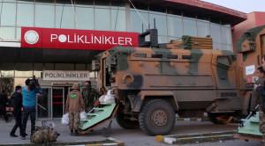 Katonák hurcolkodnak a cizrei kórházba