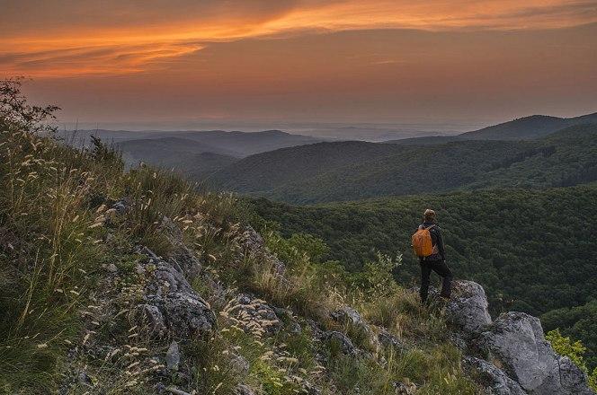 Gutter Krisztián: Egy forró nyári reggelen – Bükki Nemzeti Park A fotó érdekessége, hogy a képen látható narancssárga hátizsákos modell maga az alkotó, Gutter Krisztián