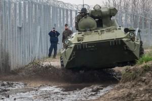 A Magyar Honvédség Alföldi Ideiglenes Alkalmi Kötelékében (MH AIAK) szolgálatot teljesítő katonák járőröznek BTR 80-as páncélozott szállító harcjárművel a magyar-szerb határnál, Röszke és Ásotthalom térségében. MTI Fotó: Ujvári Sándor