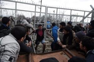 Migránsok próbálják áttörni a kerítést a macedón-görög határon az észak-görögországi Idomeni felől 2016. február 29-én Fotó: MTI / AP
