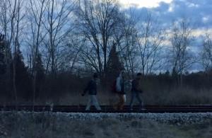 Migránsok sétálnak a Horgosi vasúton, a határtól 1 km-re