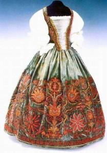 tulipános hímzett ruha magyar arisztokrata asszonyi viselet