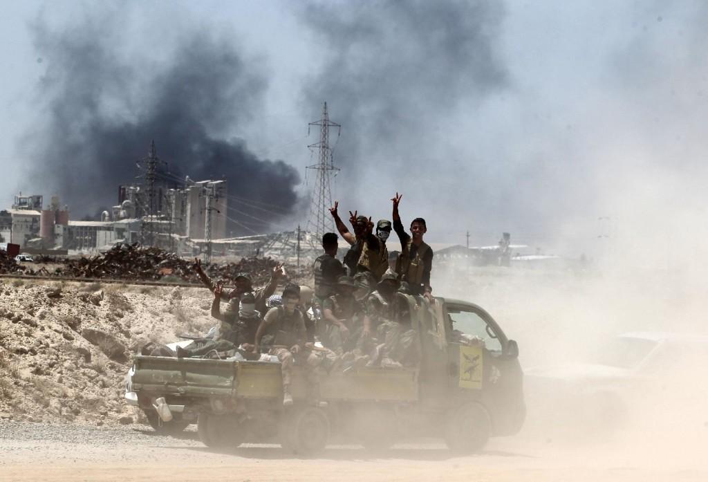 Az iraki biztonsági erők tagjai az Iszlám Állam (IÁ) szunnita dzsihadista terrorszervezet kezén levő nyugat-iraki Fallúdzsa körbekerítésekor a város határában 2016. május 27-énFotó: Ahmad Al-Rubaye / Europress/AFP