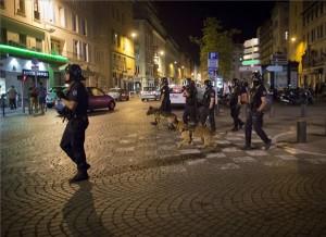Rohamrendőrök a régi kikötőnegyed egyik bárja előtt, ahol angol szurkolók helybéliekkel keveredtek összetűzésbe Marseille-ben 2016. június 10-én hajnalban. | MTI/AP/Darko Bandic