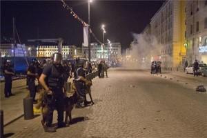 Rohamrendőrök a régi kikötőnegyed egyik bárja előtt, ahol angol szurkolók helybéliekkel keveredtek összetűzésbe Marseille-ben. MTI/AP/Darko Bandic