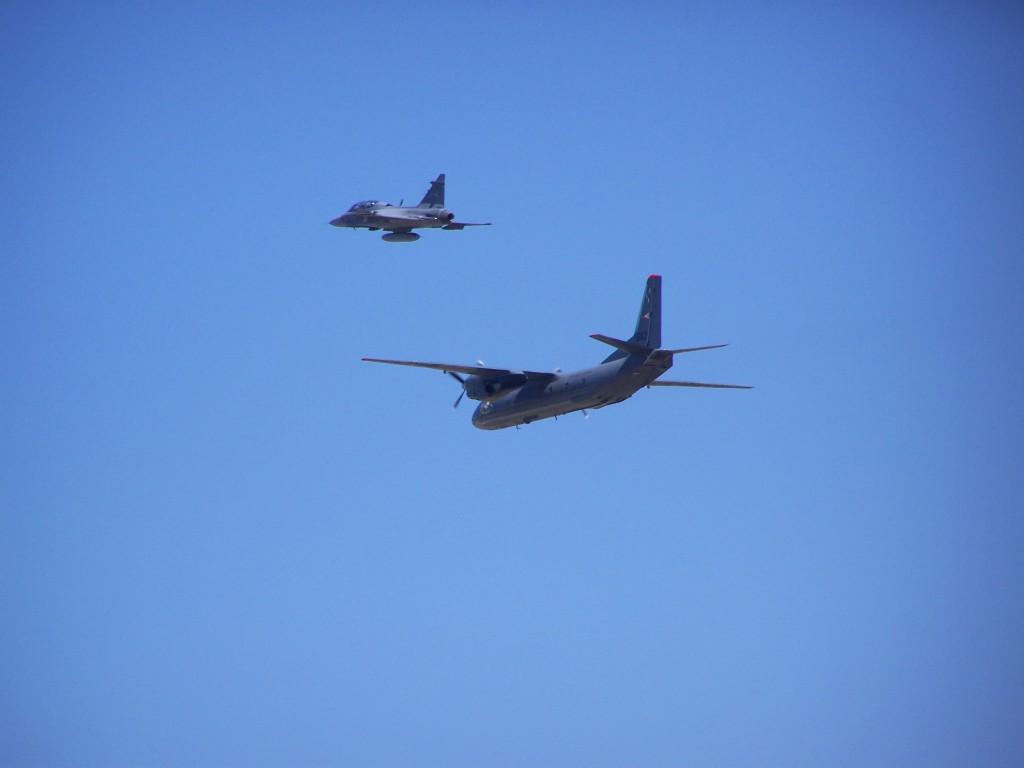 A 603-as AN-26 a 43-as Gripen kíséretében. 2013, kecskeméti repülőnap.