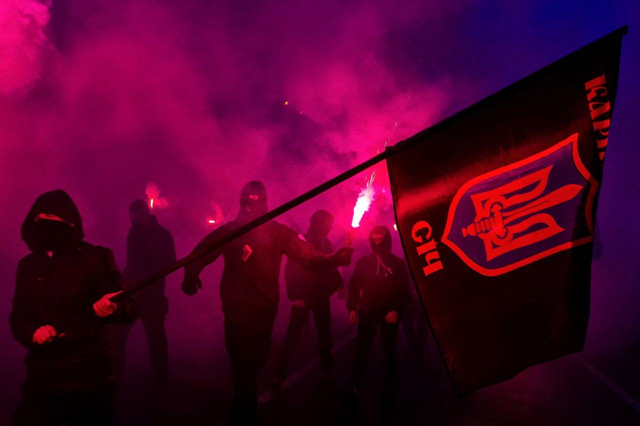 """Ukrán nacionalisták a """"nemzetek Európáját"""" éltetõ fekete ruhás felvonulást tartottak Ungváron"""