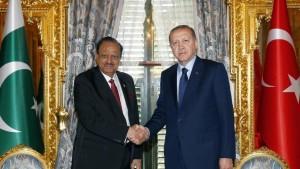 Mamnoon Hussain Pakistán és Recep Tayyip Erdogan Törökország miniszterelnökei az értekezlet előtt