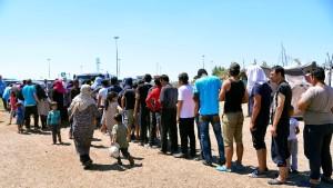 Migránsok a szerb-magyar határ közelében, Horgosnál 2016. július 11-én. A határ szerbiai oldalán az Európia Unió nyugati államaiba igyekvő több száz migráns táborozik arra várva, hogy valahogyan bejusson Magyarországra. MTI Fotó: Molnár Edvárd