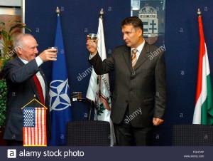 Az alkoholista Juhász és az USA nagykövete koccint a leszerelés örömére.